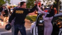 Un șerif american, alături de protestatari după moartea lui George Floyd