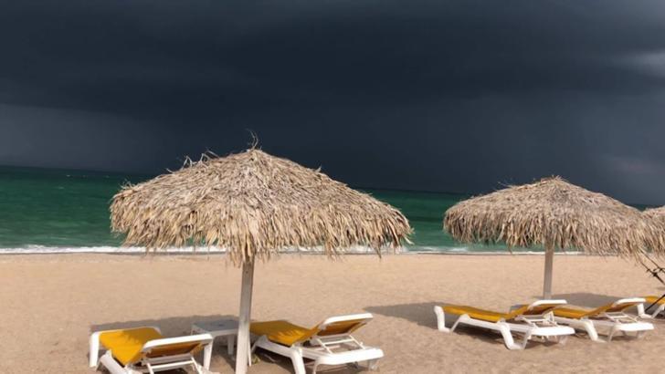 Imagini impresionate pe Litoral, nori negrii deasupra mării