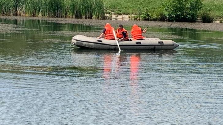Doi tineri au căzut în lacul din Cisnădie. Unul a fost salvat, celălalt este căutat în continuare de pompieri