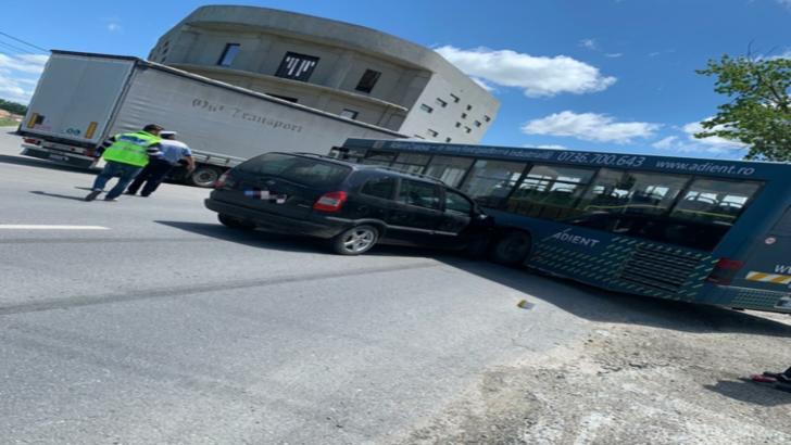 Accident grav, în Dolj: 2 victime, după ce a intrat cu mașina într-un autobuz