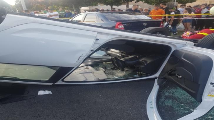 ACCIDENT spectaculos: o mașină a ajuns CU ROȚILE ÎN SUS, pe un bulevard din Turnu Severin