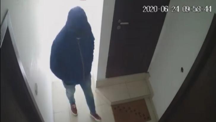 Bărbat căutat de polițiștii craioveni după ce a fost filmat când verifica ușile mai multor apartamente