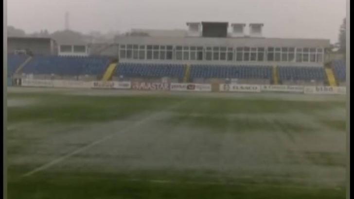 VIDEO | FC Botoșani – CFR Cluj, în pericol? Ploi torențiale și furtuni puternice la Botoșani