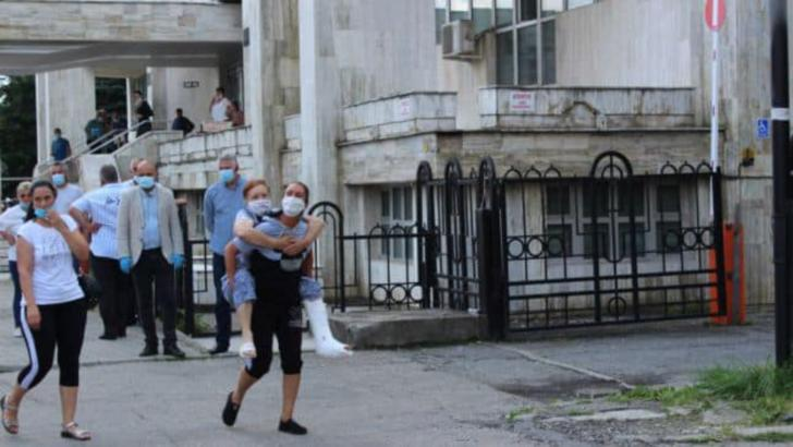 Caz revoltător, la Târgu Jiu: femeie cărată în spate de fiica ei, la spitalul unde era în vizită ministrul Sănătății