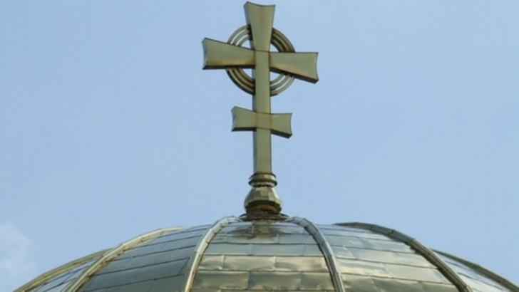 VIDEO/ Aglomerație mare la sfințirea unei mănăstiri din Bihor. Distanțarea socială nu a fost respectată