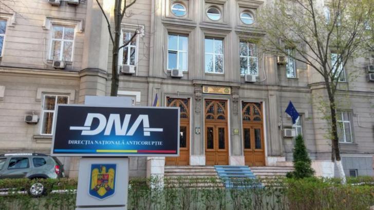 Doi agenți de poliție din cadrul Biroului Rutier Iași, reținuți pentru luare de mită. Alți doi colegi plasați sub control judiciar