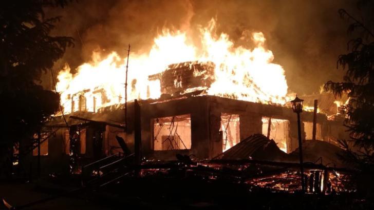 Incendiu devastator, în munți. O cabană s-a făcut scrum