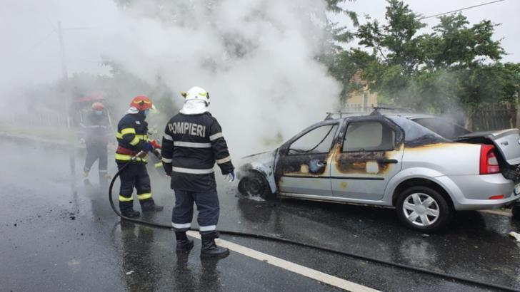 O maşină a luat foc în mers, pe un drum naţional din Olt