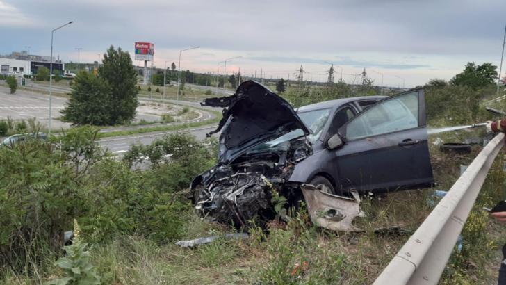 FOTO Accident pe podul de pe centura Ploiești: Șoferița a fost transportată la spital