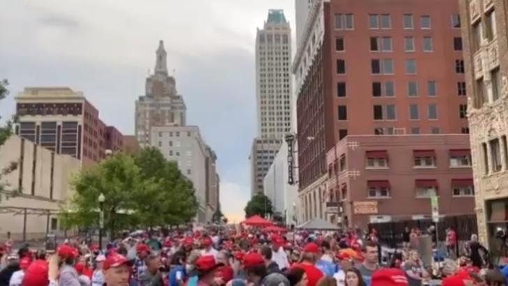 Miting de amploare pentru campania lui Donald Trump, mii de oameni ignoră normele de protecție COVID