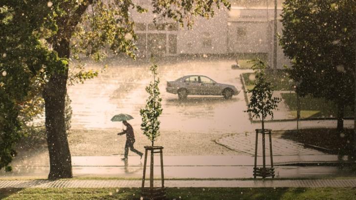 Cod portocaliu de ploi și furtuni in București