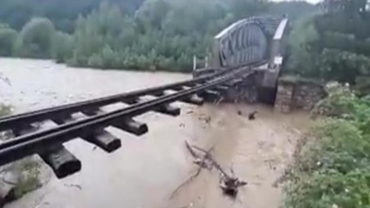 Panică în jud. Suceava. Un pod feroviar a fost luat de ape