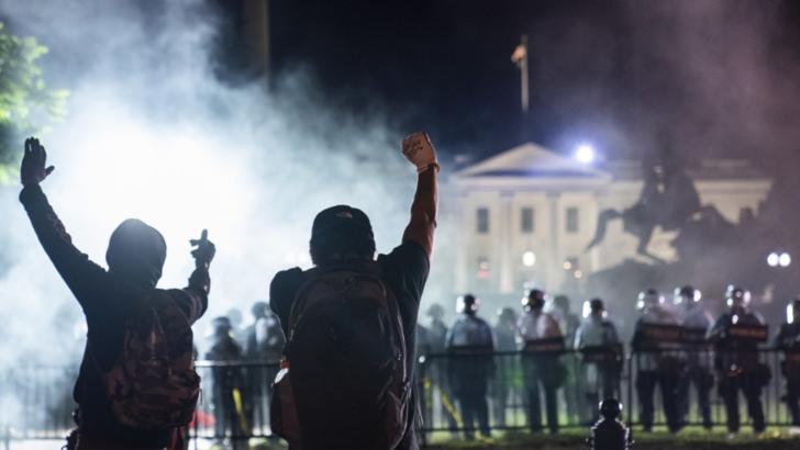 Bărbat împușcat mortal în SUA, în timpul protestelor pro și anti Trump
