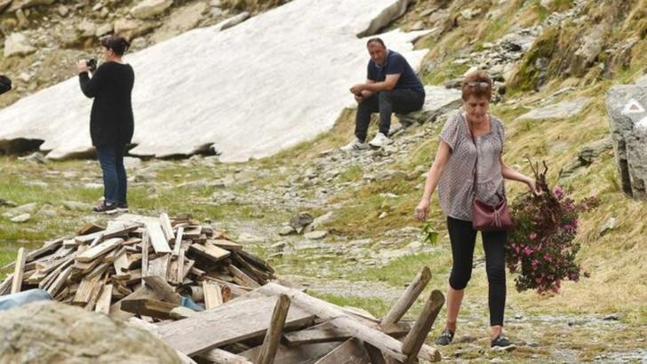 Gest revoltător, în Munții Făgăraș: o turistă a smuls din rădăcină o tufă de bujori. Mesajul Salvamont