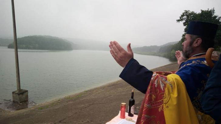 MOMENT TULBURĂTOR: Slujbă pe malul lacului pentru cele 3 fetițe care s-au înecat sâmbătă