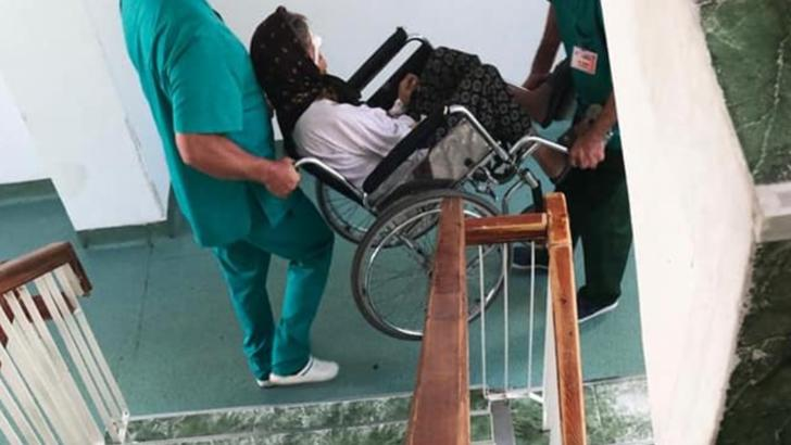 spitalImaginile groazei la spital: pacienți cărați pe tărgi improvizate, rugină, mizerie