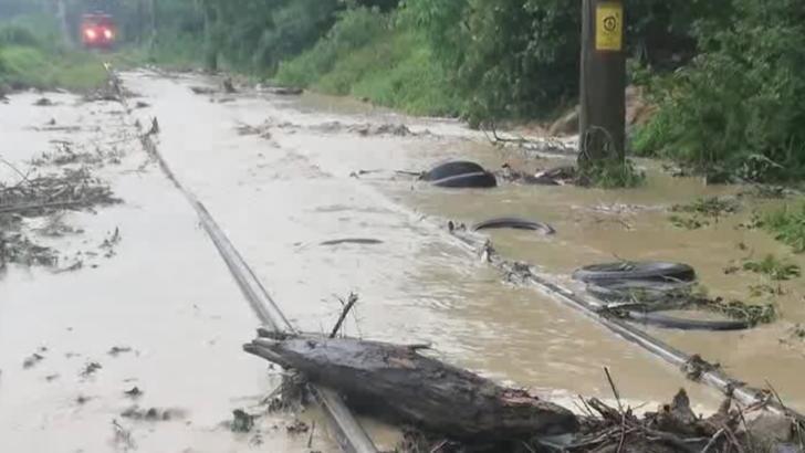 Trenuri de călători, blocate de inundații