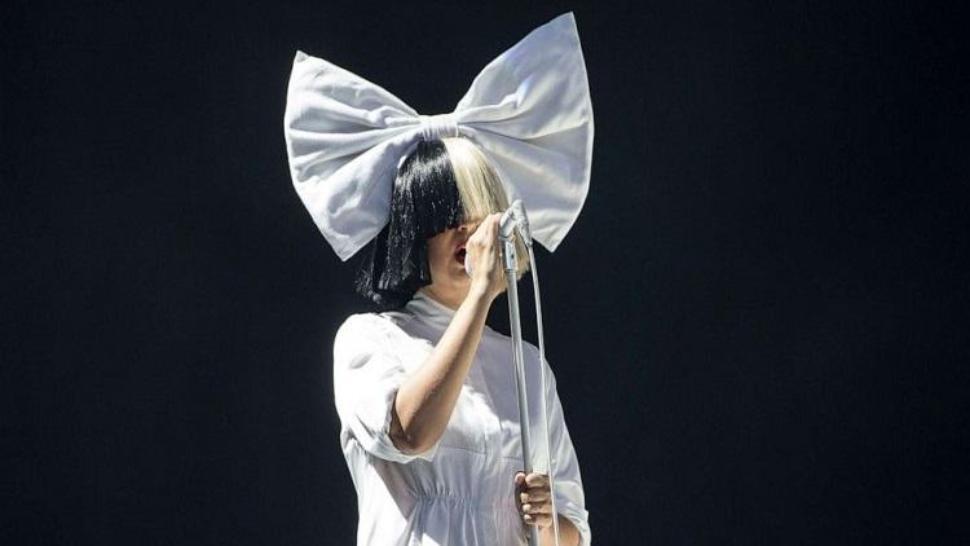 Cântăreața Sia a devenit bunică la doar 44 de ani