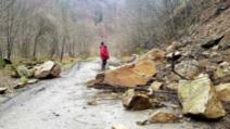 Trafic rutier complet blocat pe Clisura Dunării, după căderi masive de stânci de pe versanți