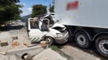 FOTO/ O mașină a intrat sub un TIR, în Urișor, județul Cluj