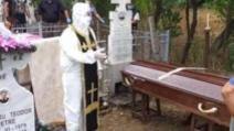 FOTO Un preot din Olt a venit la înmormântare în combinezon anti-COVID