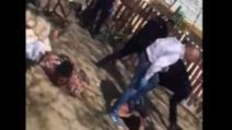 Șeful de post filmat când bătea un bărbat imobilizat la pământ este în continuare în funcție