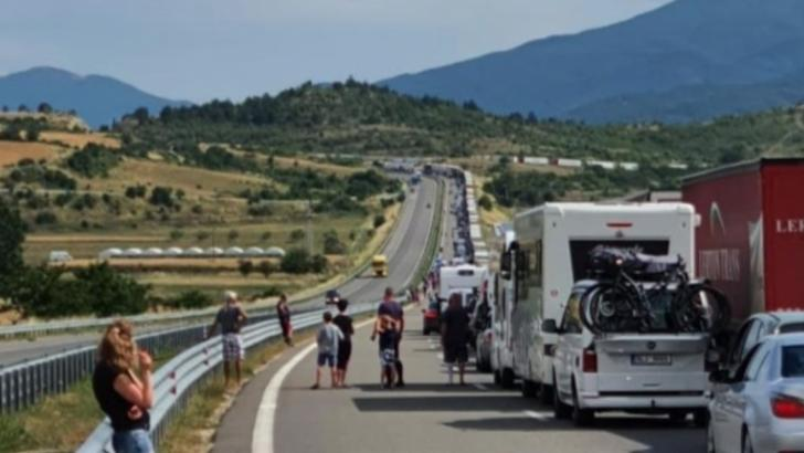 Aglomerație și cozi kilometrice la singurul punct de frontieră de intrare în Grecia