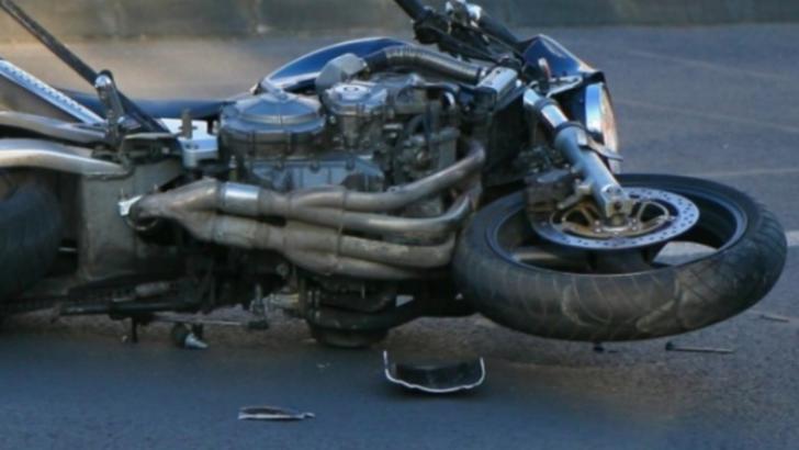 A intrat cu motocileta în stâlp, încercând să fugă de polițiști. Foto/arhivă