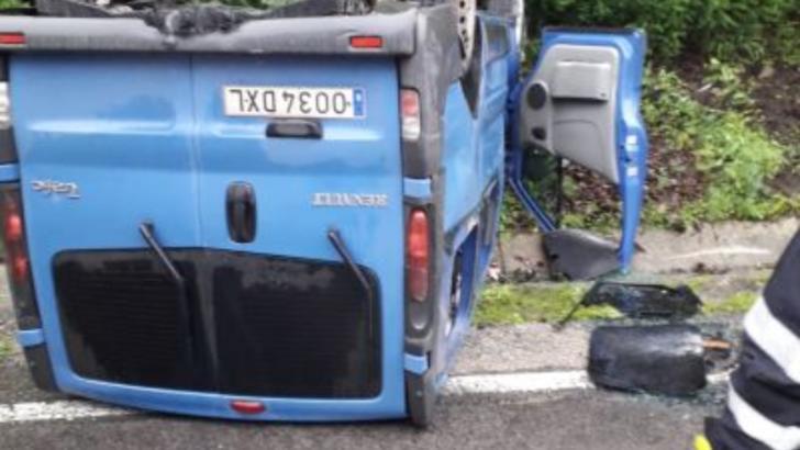 Au văzut moartea cu ochii, un microbuz cu șase pasageri s-a răsturnat cu roțile în sus