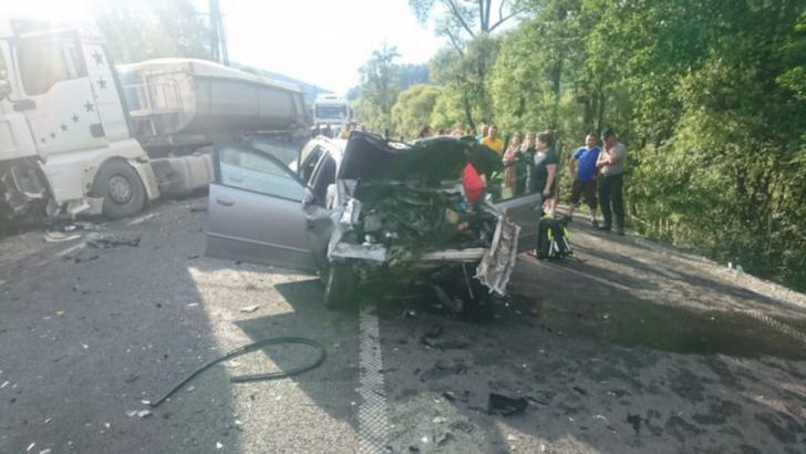 Accident teribil în județul Suceava, un autoturism spulberat de un TIR