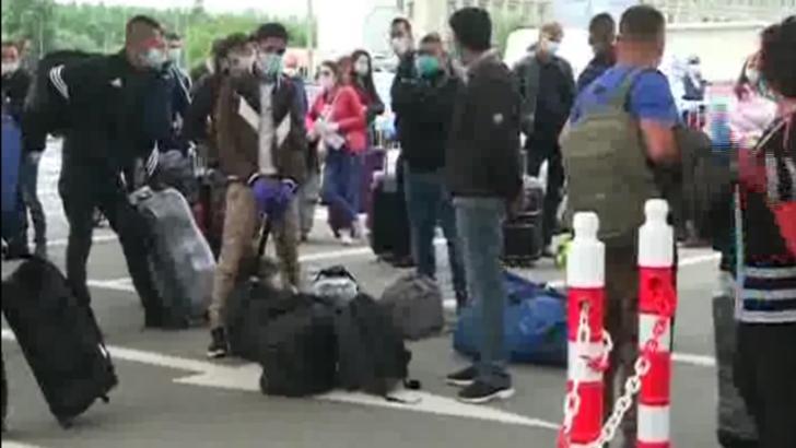 VIDEO Aeroportul Otopeni: Ca să nu se îmbulzească în interior, pasagerii sunt ținuți la cozi afară