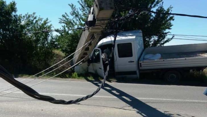 Un stâlp de electricitate, DOBORÂT de o autoutilitară în județul Olt! Șoferul nu știe cum a ieșit de pe șosea