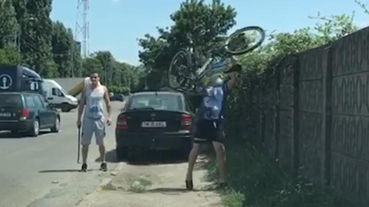 VIDEO Un șofer nervos s-a repezit la un biciclist cu ranga și i-a aruncat bicicleta