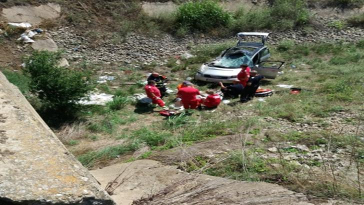 S-au răsturnat cu mașina în canal. Un mort și un rănit