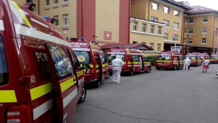 Coadă de ambulanțe la spitalele din România, în perioada de apogeu a pandemiei