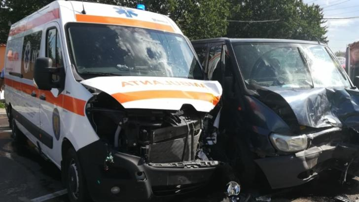 Coliziune frontală între o ambulanță și un microbuz, în județul Vrancea. O persoană rănită ușor