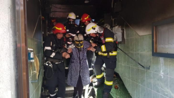 FOTO Explozie urmată de un incendiu, într-un bloc din cartierul Giulești