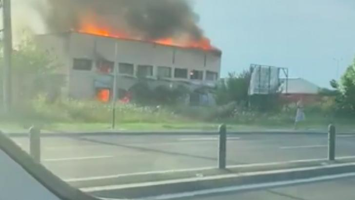 Incendiu pe DN1, în apropiere de București, pompierii au intervenit cu 6 autospeciale