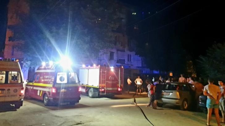 Panică într-un bloc din Galați, zeci de oameni evacuați din cauza unui incendiu pornit de la lumânare