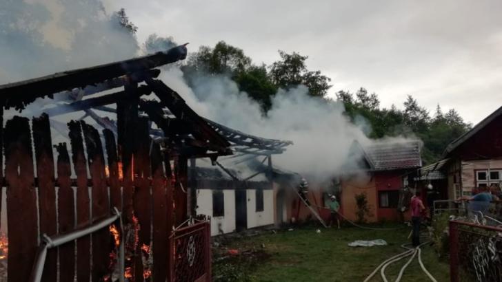 Gospodărie în flăcări, după ce a fost lovită de fulger