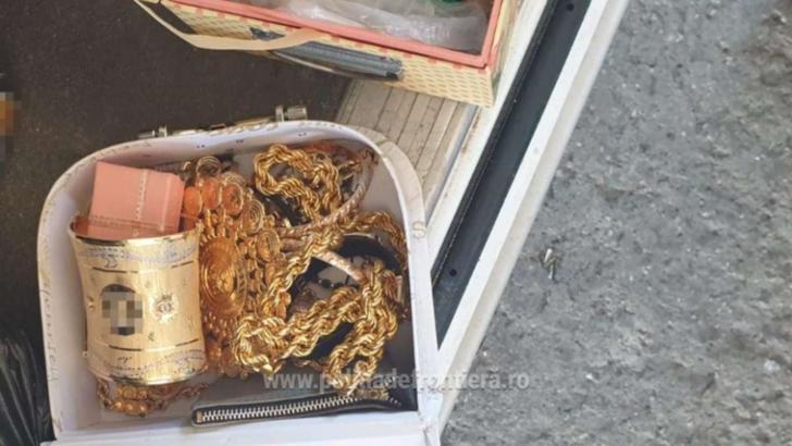 Captură impresionantă la granița cu Bulgaria, la PTF Giurgiu: 2 kilograme de bijuterii, ascunse în cabina unui microbuz