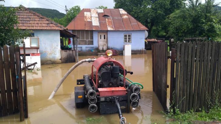 Prăpăd în nordul și vestul țării: zeci de case, beciuri și subsoluri inundate, podeț luat de viitură