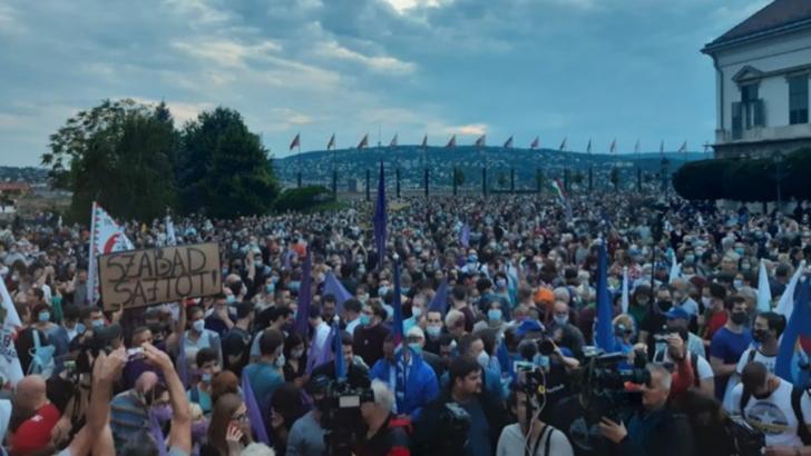 Proteste masive la Budapesta, după ce jurnaliștii celui mai important portal independent de știri au demisionat