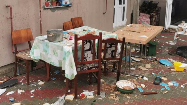 VIDEO Teroare într-o localitate din Iași. Bărbați, femei și copii atacați în propria casă cu bâte și topoare