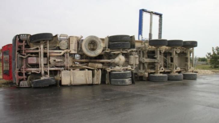 Cisternă încărcată cu bitum, răsturnată pe un drum național. Șoferul, încarcerat / Foto: Arhivă