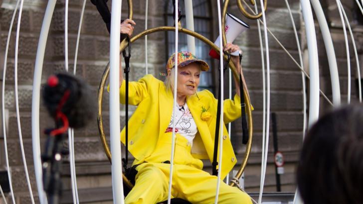 Celebra Vivienne Westwood, protest într-o colivie imensă pentru eliberarea fondatorului WikiLeaks, Julian Assange Foto: VanityFair.com