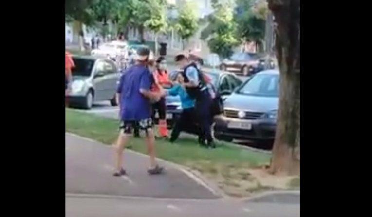 VIDEO Femeie încătușată pentru a putea fi urcată în ambulanță