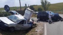Ciocnire violentă pe o șosea din județul Botoșani, răniți salvați de un pompieri