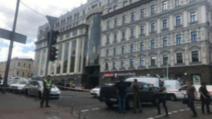 Bărbatul care a amenințat cu bombă și a reținut o ostatică în banca din Kiev, Ucraina, a fost prins de polițiști Foto: Newsmaker.md