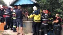 VIDEO Un bărbat căzut într-o fântână adâncă de 20 de metri, salvat de pompieri